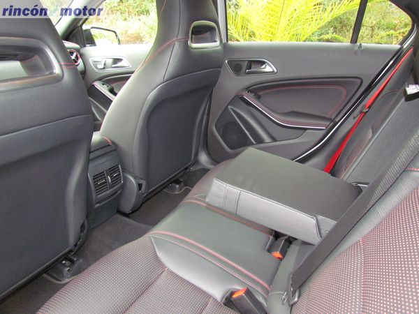 3-02-interior-mercedes-Clase_A-45-AMG-prueba-2017