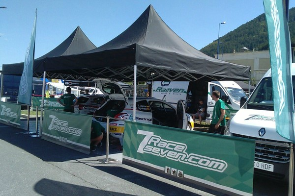 Los pilotos de RaceSeven Peláez yLlarena en línea de meta del Rallye Terre de Lozère