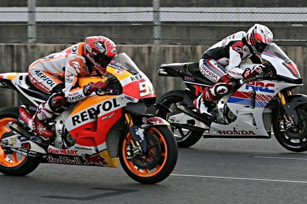 Fernando Alonso prueba la moto del Campeón Marc Márquez