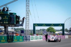 Bernhard, Bamber y Hartley ganan las 24 horas de Le Mans a pesar de estar casi una hora en boxes con el Porsche